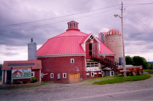 <p>La grange de la ferme Blayrond est l'une des rares granges rondes de la MRC. Toutefois, elle n'est plus opérationnelle depuis quelques années.</p>