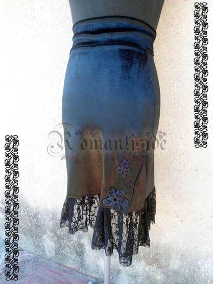 Falda Dark Sprint, de terciopelo y encaje en desnivel, con aplique de flores de guipiur.