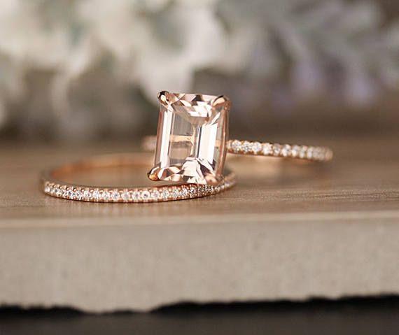 Bague de fiançailles de détails ***  14k or Rose massif (peut également être faite en blanc et or jaune, s'il vous plaît sélectionnez votre choix à la caisse) 1,5-1,6 mm (largeur de bande approximative) Morganite naturel (Centre Pierre) Émeraude 9x7mm (Dimensions de la pierre de centre) 2,00 carats (poids moyen de pierres précieuses Centre) VS1 Absolument propre (Clarity)  Naturel libre blanc diamants 0.11carats (poids total diamant) G-H (couleur diamant, blanc) SI (clarté, œil très propres…