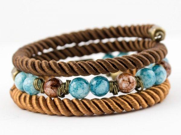 Bransoletka wykonana ze sznurków skręcanych, marmuru szklanego w kolorze brązowym i niebieskim oraz ...