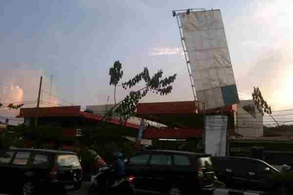 terkini  Waspada, Billboard Hampir Roboh di Margonda