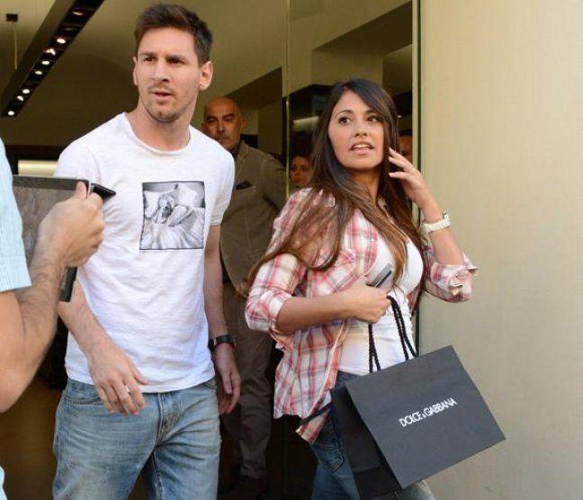 """Con la misma moneda te pagué infeliz: ¿Messi cornudo? - Antonella Roccuzzo, la esposa de la """"Pulga"""", fue filmada en una situación que podría generar conflictos conyugales. Mirá el video. http://www.diarioveloz.com/c105327"""
