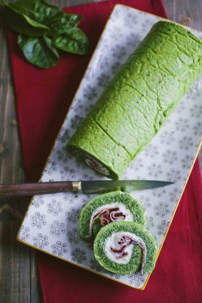 Rotolo di frittata verde con speck e stracchino, già affettato in una buonissima spirale
