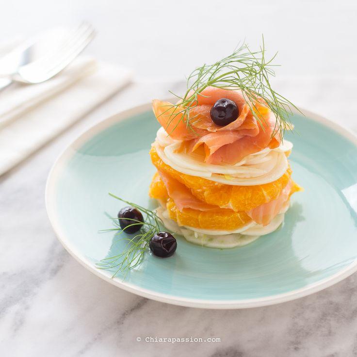 Il carpaccio di salmone affumicato con arancia e finocchio è un piatto leggero, dallo spiccato sapore agrumato e con la giusta note affumicata. E' una preparazione che si presta ad essere servita sia come antipasto per un pranzo o cena a base di pesce, ma anche come piatto unico aumentando leggerme