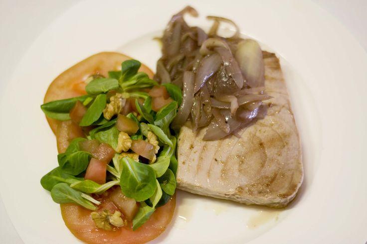 Atún encebollado y con ensalada.  Platos sin carne y saludables en la Ribera del Duero. www.restauranteespadana.es
