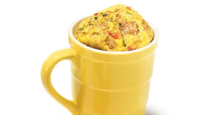 Omelette dîner au thon et à la tomate dans une tasse