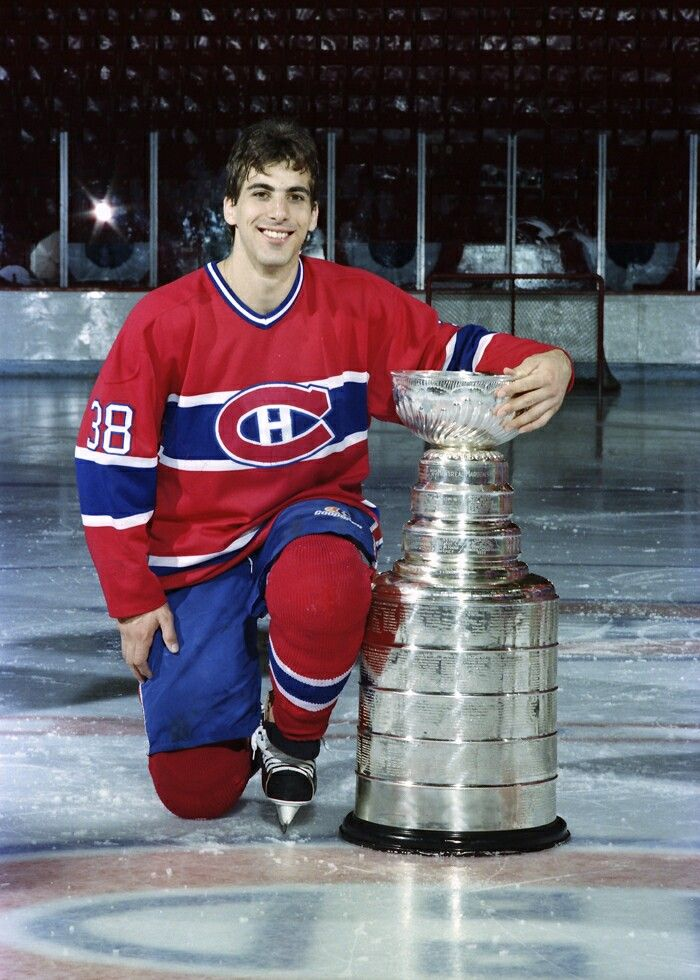 Chris Chelios, Montreal Canadiens. Abraçando a taça Stanley, da Copa Stanley da NHL.