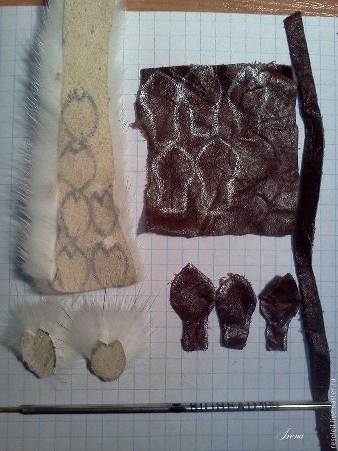 Сразу оговорюсь, что идея этой симпатичной броши не моя — увидела фотографию в интернете и решила, что смогу изготовить такую же или даже лучше :) Для изготовления понадобится: кусок проволоки длиной 7-8 см, диаметром 1,5-2 мм; кусочек кожи 6х6 см, полоска кожи такого же цвета длиной около 18 см и шириной 5-6 мм; кусочек коротковорсового меха белого цвета; маленькая английская булавка или…