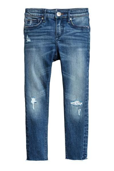 Skinny fit Worn Jeans: 5-pocketjeans van extra zacht, elastisch denim met forse slijtagedetails. De jeans heeft een extra smalle pasvorm, een normale taille met verstelbaar elastiek, valse zakken, achterzakken en een gulp met ritssluiting en drukknoop.