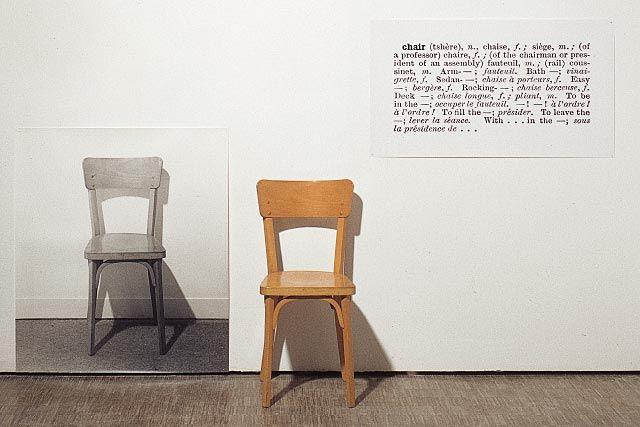 Joseph Kosuth, one and three chairs (1965) Il fait la même chose avec un tas d'autre objet pour bien démontrer qu'on est dans un système qui ne fonctionne pas signes.