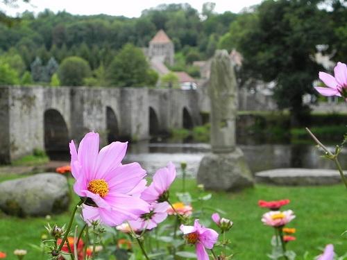 Moutier-d'Ahun: après avoir traversé la Creuse sur un pont à avant-bec (14°s) on atteint le village dominé par son église.