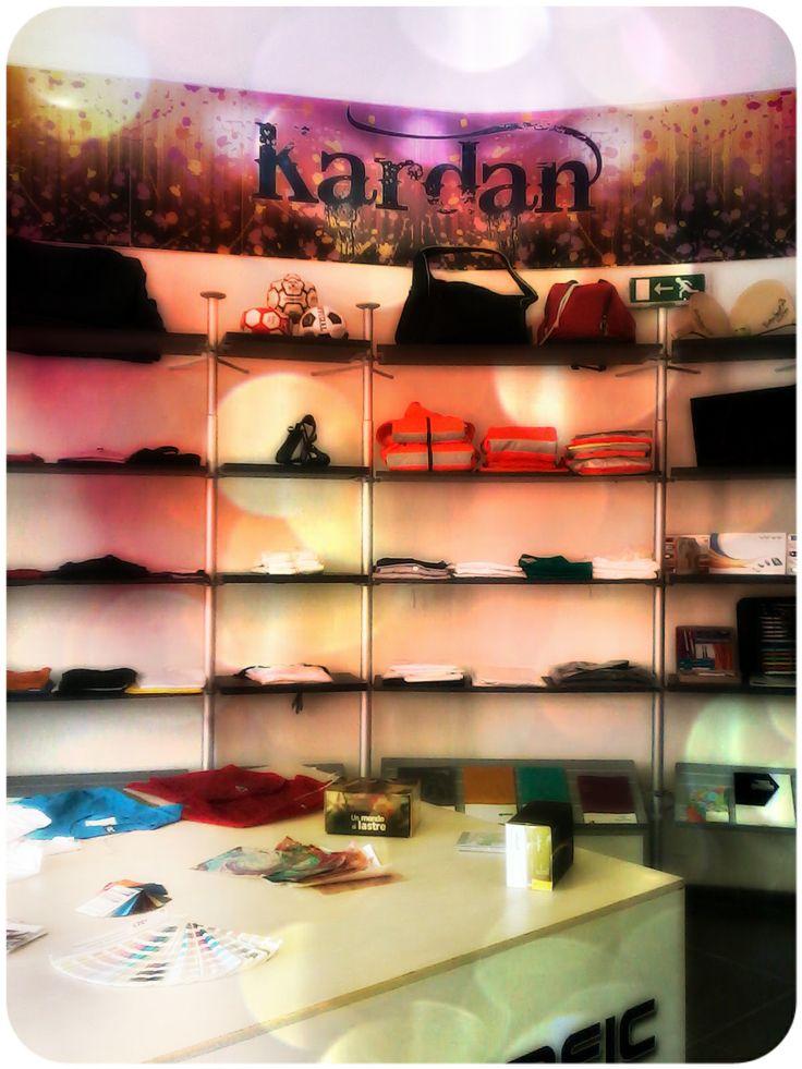 Espositore con alcuni dei nostri prodotti personalizzabili. Scopri di più su www.decografic.com e sui canali social di Decografic Gruppo Kardan!