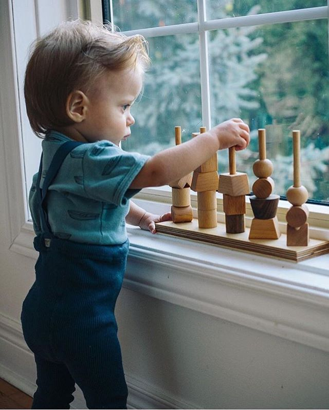Can you help the figures to climb up the fence? How would you like to arrange them? Exercise your senses while playing   @veronikagphotography • #naturalstackingtoy #woodenstory , perfectly smooth, finished with #beeswax and #botanicaloils • #handcrafted #woodentoy #stackingtoy #woodenstacker #ecotoy • made in the #beskidymountains #poland  • #consciousliving #ecolifestyle #handmadetoys #artisancrafted