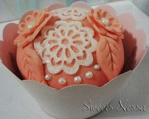 Cupcake Renda Crochê Renda de açúcar, pérolas e fondant deixam esse cupcake super especial.