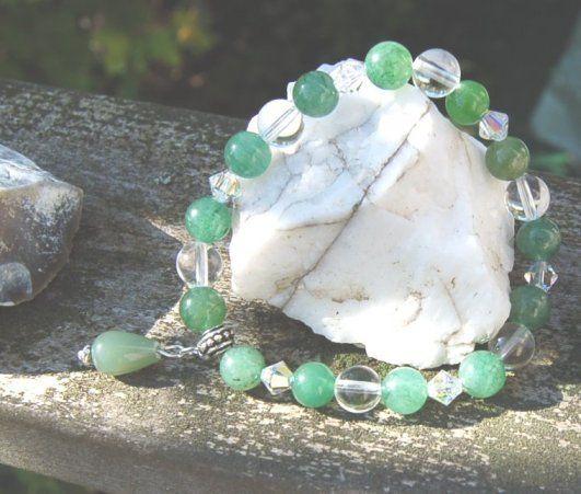 Grönt för lycka - armband med naturens stenar Aventurin och Bergkristall med Swarovski mellanpärlor.   Elastisk tråd i armbandet och vuxen smal/medium storlek.
