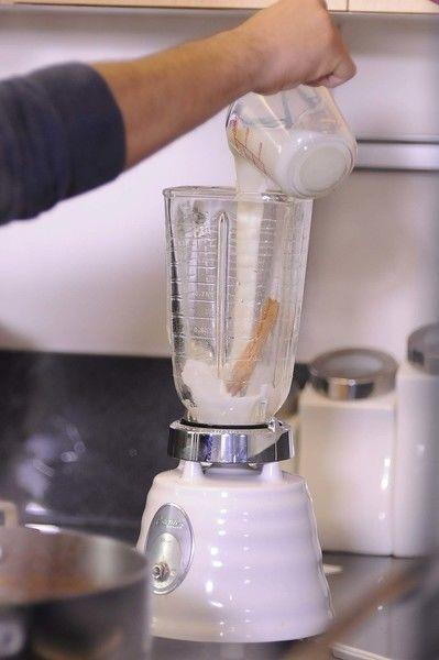 Colocar en el vaso de la licuadora las dos cucharadas de harina de arroz Tres Estrellas, canela, leche y vainilla, moler bien, colar.