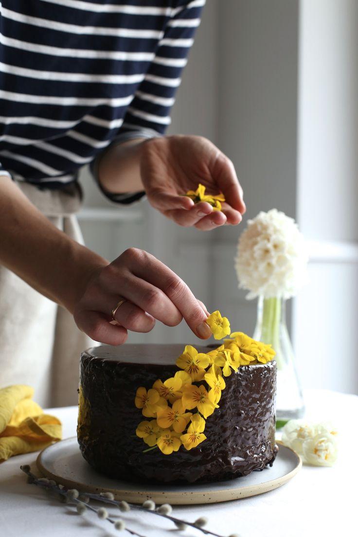 Jeżeli poszukujecie przepisu na ciasto mocno czekoladowe i jednocześnie wilgotne, todobrze że odwiedziliście moją stronę :-)  Tak właśnie jest z tym ciastem, które najlepiej smakuje schłodzone w lodówce, dzień po upieczeniu. Przepis nie jest skomplikowany, ważne żeby się go trzymać i realizować krok po kroku. Niech Was tylko nie zniechęca czas pieczenia (1,5 h) – to dlatego że jest dość niska temperatura i ciasto powolirośnie. Obiecuję, że będzie Wam smakować!   Skład: (forma o śre...