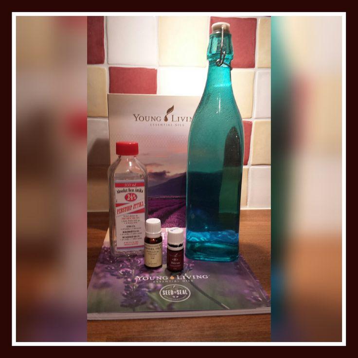 Sköljmedel på agendan idag. Jag gillar när tvätten luktar gott och blir den lite extra mjuk så är det ett plus . På detta sett blir du av med många kemikalier.  Späd ättika till ca 8 % med destillerat/kokat vatten. Ta de essentiella oljor du tycker luktar godast och skaka om. Tada!  Jag tog 40 droppar sandelträ och 5 droppar YL Theives i en flaska på ca 75 cl . #youngliving #theives #3550870 #essentialoils #eteriskaoljor