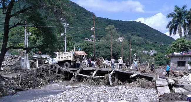 En Jolalpan, barrancada por lluvias afecta a 600 personas
