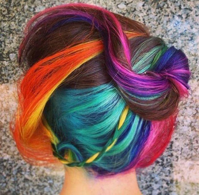 Dutt-Frisur für regenbogenfarbene Haare, Dutt für mittellanges Haar - Vorder- und Seitensträhnen leicht nach hinten gezogen, braunes Haar mit orangen Seitensträhnen , kleiner Seitenzopf geflochten mit einr grünen, einer türkisblauen und einer gelben Strähne, Dutt mit Haarklammer befestigen