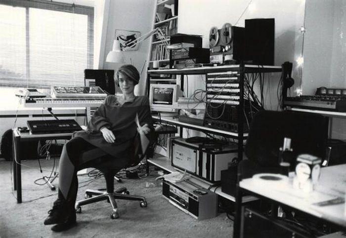 """IlPost - Vivian Kubrick nella sua camera da letto (in cui compose diversi pezzi per la colonna sonora di """"Full Metal Jacket"""" con lo pseudonimo di Abigail Mead), nel 1987 (via Twitter) - Vivian Kubrick nella sua camera da letto (in cui compose diversi pezzi per la colonna sonora di """"Full Metal Jacket"""" con lo pseudonimo di Abigail Mead), nel 1987  (via Twitter)"""