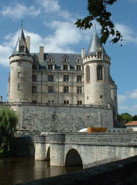 La Rochefoucauld: le château vu du pont sur la Tardoire - 1) HISTORIQUE, 3: Il garde le château au nom de l'évêque d'Angoulême. Le château dont Fucaldus a la garde est un des 5 châteaux construits pour bloquer les voies d'invasion possible depuis l'Océan. Au XI°s, FOUCAULD, seigneur de La Roche, apparaît dès 1019 dans l'acte d'un cartulaire d'Uzerche.