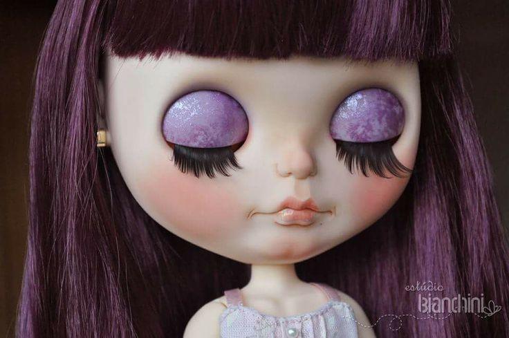 Violetta pronta mostrando seus cílios longos e sombra glitter roxo