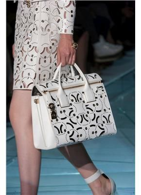 Versace SS15 Λευκές κομψές τσάντες μεγάλων σχεδιαστών - gamos.gr www.gamos.gr #wedding #γάμος