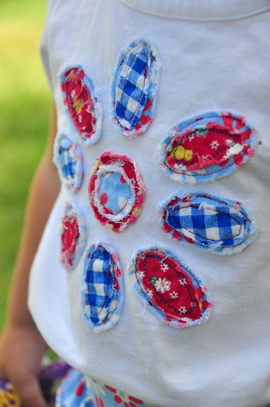 Very cute idea! Frayed flower tshrt applique with free pattern! from #Aesthetic Nest