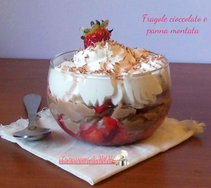 Coppa fragole cioccolato e panna