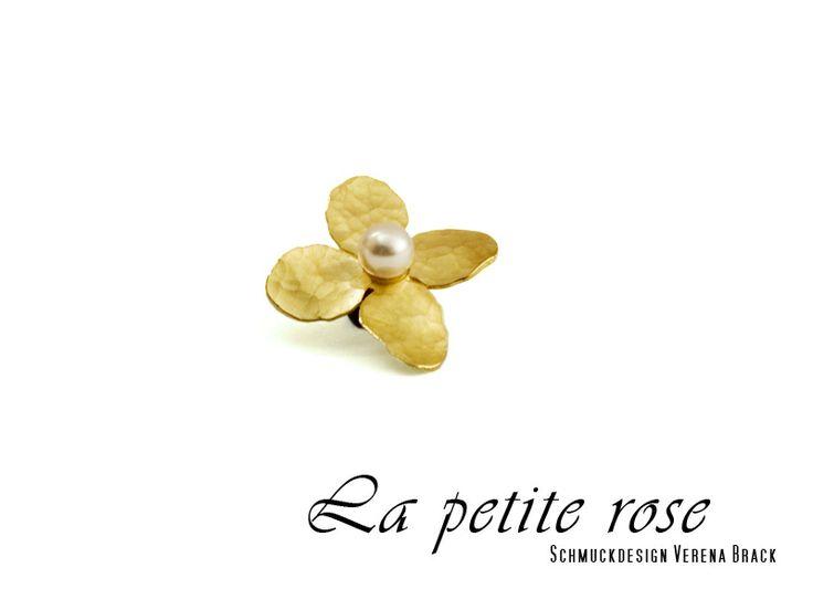 Anhänger, Blüte, Gold, Perle weiß von La petite rose - Schmuckdesign Verena Brack   auf DaWanda.com