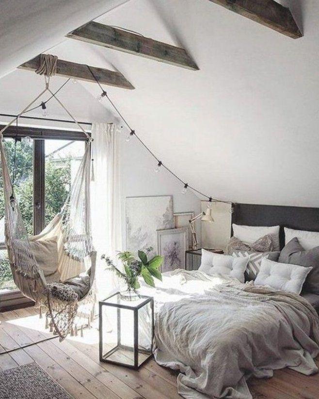 Chambre A Coucher Sous Les Combles Sol En Bois Clair Chaise Bercante Grandes Fenetre Vers Le B In 2020 Scandinavian Design Bedroom Home Decor Bedroom Bedroom Design