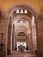 Perspective des arcatures de GERMIGNY DES PRES, 6 ) La Mosaïque byzantine: l'église contient, sur le cul de four de l'abside, la seule mosaïque byzantine de France, elle représente 2 anges qui entourent l'Arche d'alliance. Cette scène s'inspire à l'évidence des mosaïques de la basilique St-Vital de Ravenne. Elle a été badigeonnée lors de la Révolution française, puis redécouverte au 19°s.