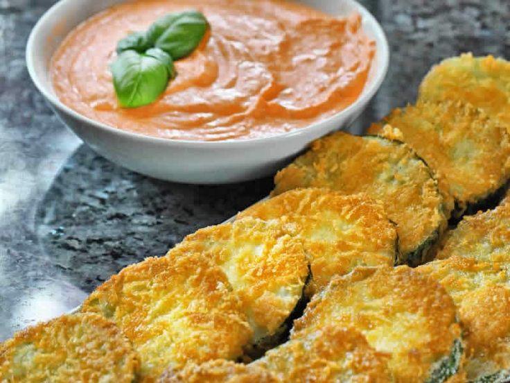 Panierte Zucchinischeiben mit Tomatendip Knusprig, saftig, lecker! Meine Frau und vor allem meine Kids waren begeistert. http://einfach-schnell-gesund-kochen.de/panierte-zucchinischeiben-mit-tomatendip/
