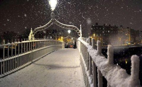 Mágica de Dublín en la nieve, el invierno de 2010 - El puente del medio penique