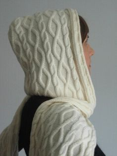 Шарф-капюшон. Вот такой необычный шарф можно связать спицами. Он заменит и…