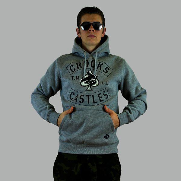 Bluza markiCrooks & Castles z kapturem wkolorze szarego melanżu. Duży nadruk graficzny oraz kieszeń z przodu,80% bawełna, 20% polyester. Zobacz …