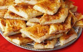 Tek tek açılmış baklavalık yufkadan börek tarifi hazırlamaya ne dersiniz? Nar gibi kızarıyor, çayın yanında çıtır çıtır yeniyor.