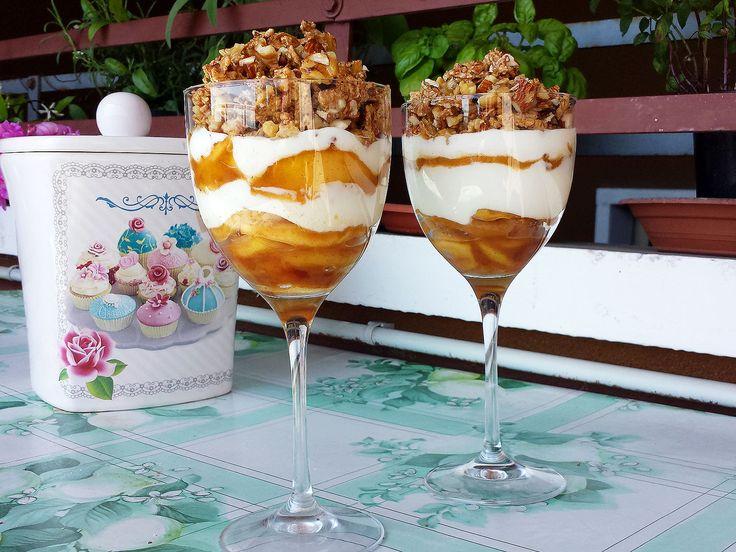 Un #dessert leggero composto da yogurt magro,mele saltate e un crumble di frutta secca e cereali integrali. Ottimo gustoso ed adatto ad ogni occasione