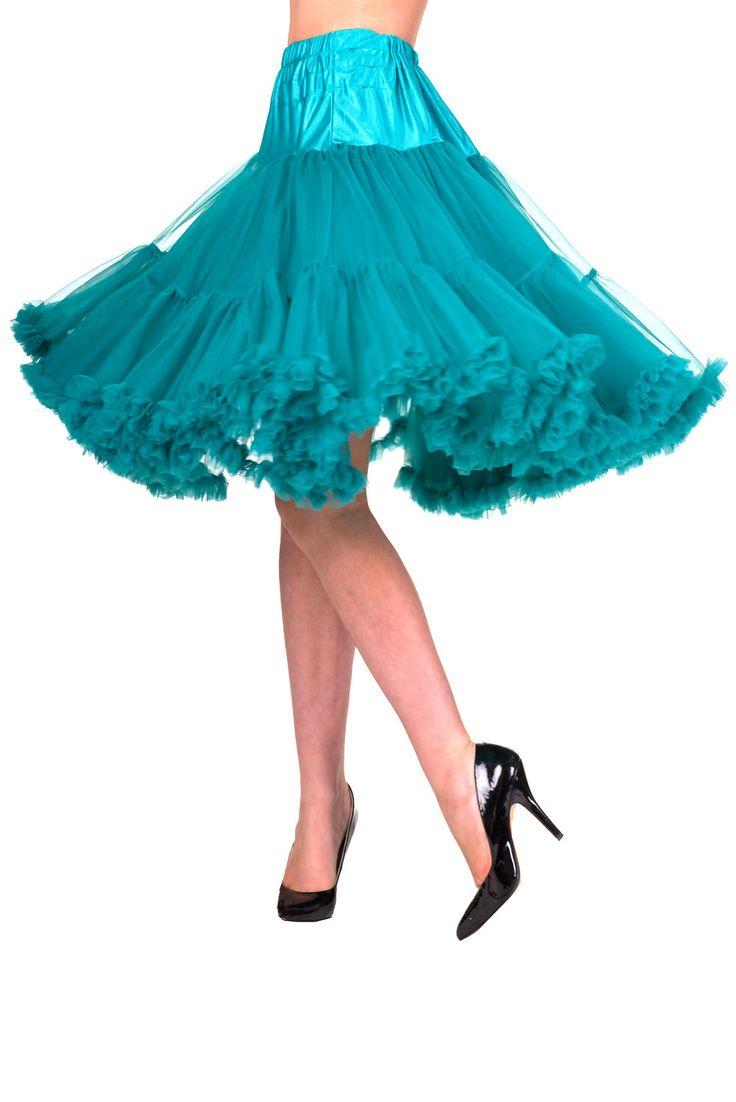 """Banned Emerald Spodnička k šatům 25/27"""" Spodnička ve stylu 50. let. Krásná šifónová spodnička k šatům s kolovou sukní, příjemná, měkká, dokonale pozvedne výraz šatů, bohatý objem, 2 nadýchané vrstvy a spodní sukně, 100% polyester, nádherná tyrkysová barva s nádechem do smaragdové. Vhodná pro delší i kratší typy šatů, spodničce lze snadno upravit délku. Délka cca 62 cm, lze upravit na cca 56 cm."""
