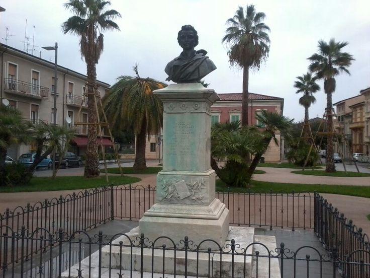 """Viareggio, Piazza P. B. Shelley, attualmente. Sul retro del monumento è visibile Palazzo Paolina Bonaparte, attuale """"Palazzo delle Muse""""."""