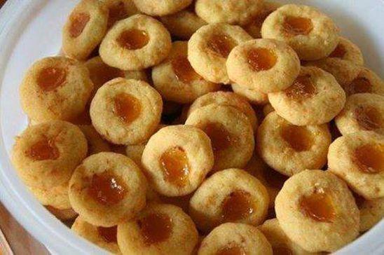 250 g sterk, beleë cheddarkaas  2 k (500 ml of 280 g) koekmeel  1 t (5 ml) bakpoeier  knippie sout  250 g koue botter, gerasper  gladde appelkooskonfyt, baie