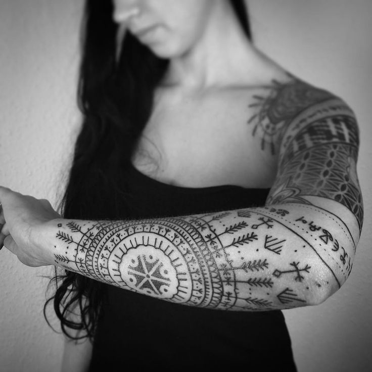 "1,403 Me gusta, 5 comentarios - Piotr Szot (@piotrszot) en Instagram: ""Slavic power:) Love and light Done with #fantomneedles #freehand #tattoo #sacred #geometry…"""