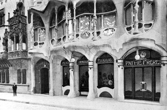 Desde el año 1907 hasta el 1921, la firma cinematográfica francesa Pathé Frères se instala en los bajos de la Casa Batlló de Barcelona.