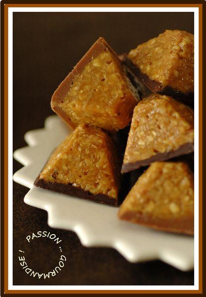 Bouchée d'avoine, caramel & chocolatBOUCHEES D'AVOINE, CARAMEL AU BEURRE SALE & CHOCOLAT Pour 20 bouchées 150 g de sucre en poudre 125 g de crème liquide entière 25 g de beurre demi-sel coupé en petits dés (1 pincée de sel en plus à la prochaine fournée) 150 g de flocons d'avoine (un peu plus la prochaine fois) 50 g de chocolat noir + 10 g de beurre salé 50 g de Pralinoise (sans beurre supplémentaire)