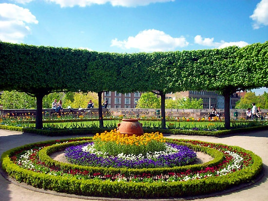 12 best round flower beds images on pinterest flower for Round garden designs