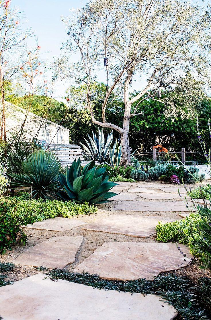 Решив избавиться от травы на заднем дворе своего собственного дома, дизайнер Карен Фабиан заменил газон растениями, потребляющими минимум воды. Здесь можно увидеть оливковые деревья, лаванду и бугенвиллию.