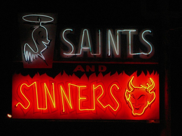 Neon sign of a liquor store in Española - Photography by  Dill Pixels, via Flickr