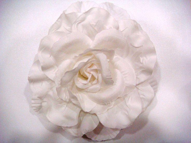Fleur en coton munie d'un support pince et broche 20cm 12€
