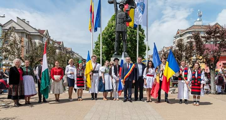 XVIII edizione del Festival Internazionale del Folklore in Romania. Sfilata inaugurale con le bandiere dei paesi partecipanti. Il Liceo Artistico Stagio Stagi di Pietrasanta ha partecipato con la classe 1B.